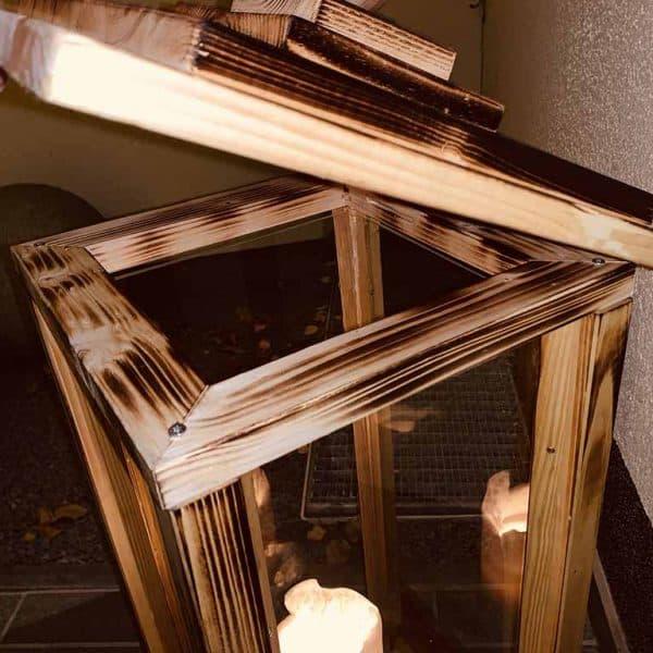 Holzlaterne XXL vor Haustür
