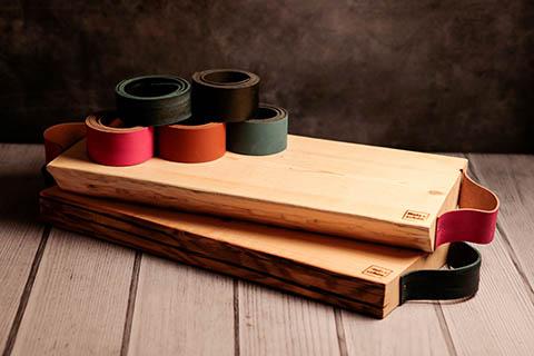 Servierbretter aus Holz mit Ledergriffen