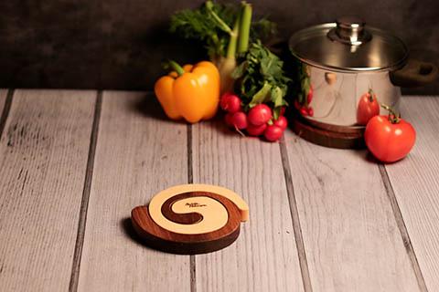 Topfuntersetzer aus Holz in zwei Farben