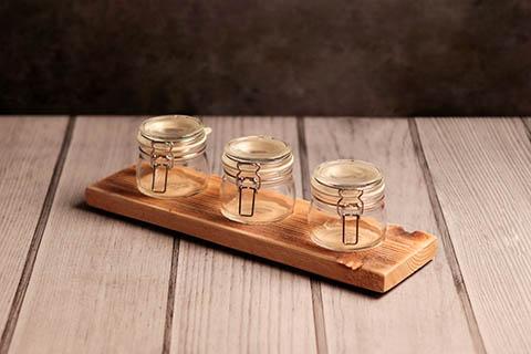 Marmeladenbrett mit drei Gläsern